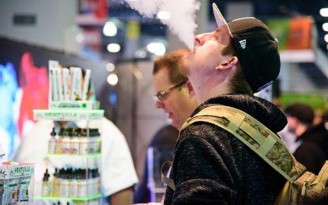 Mand puster e-røg
